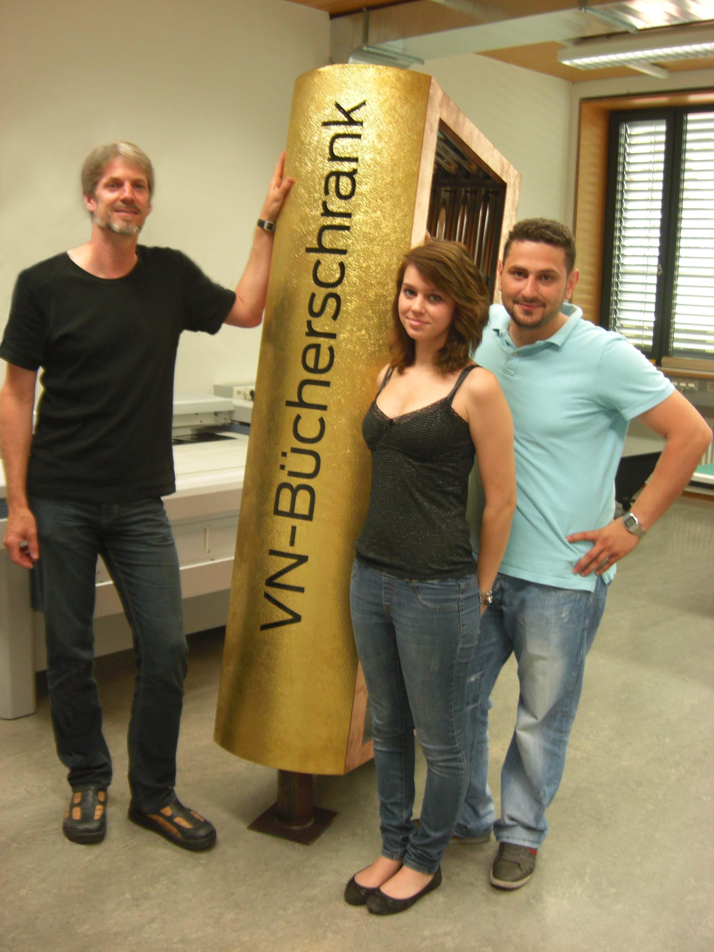 Andreas Proksch mit den Schilderherstellerlehrlingen Sabrina und Muharrem.